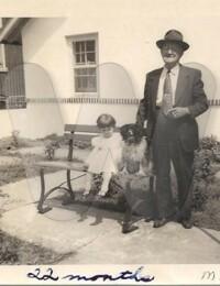 Actes/USA/North_Carolina/Wilmington/Linda and Uncle Max Rauhut in Aunt Beas yard Wilmington.jpg