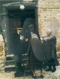 Actes/Zweige/Helga_Rauhut/Dieter/1984-05 Herbert Rauhut am Eingang mit Bewohnern und Fr. Kote als Dolmetscher mit Stock - Neu-Gabel.jpg